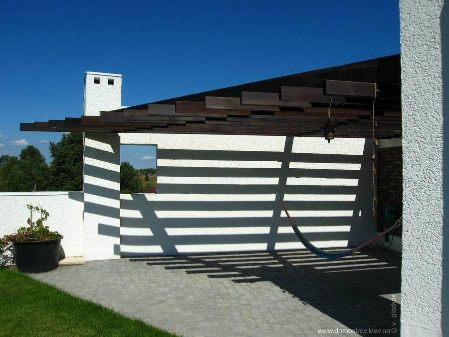 Проект дома с плоской кровлей, панорамными окнами и террасами - проект Эбро, терраса с перголой
