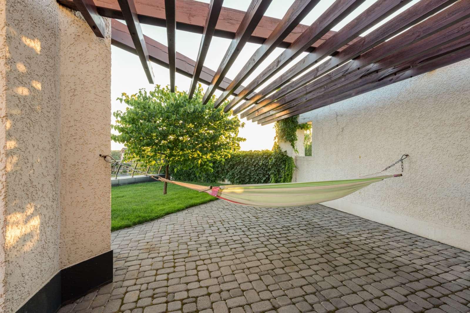 Проект дома с плоской кровлей, панорамными окнами и террасами - проект Эбро 2020.07