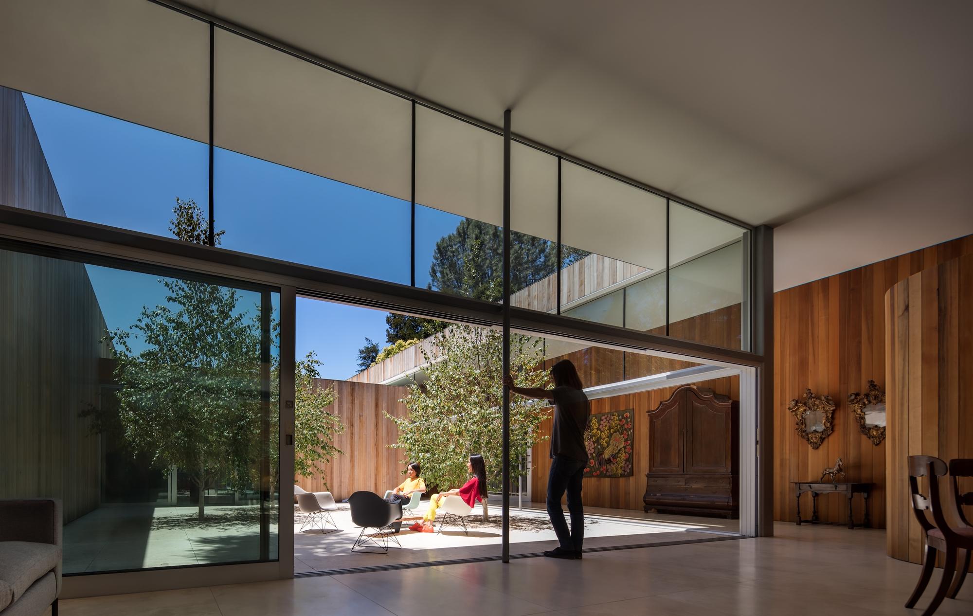 Проект одноэтажного дома между деревьями интерьер